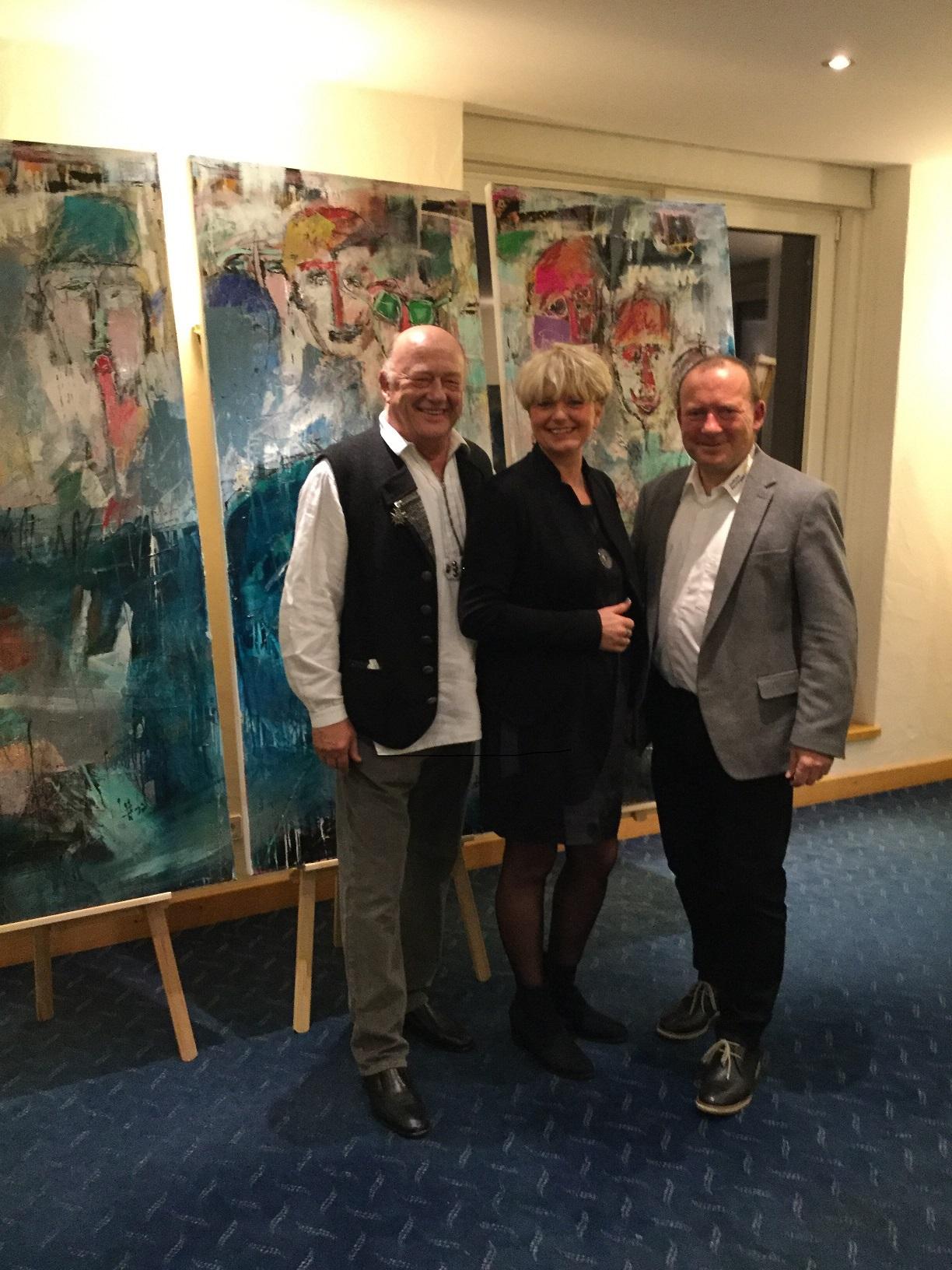 Clubpräsident Udo Rogotzki (links) mit der Künstlerin Petra Nowak und Bernd Ruof. Der Manager des Golfclubs hielt eine Laudatio auf Petra Nowak und glänzte dabei mit fundierten Kenntnissen in den verschiedenen Maltechniken.