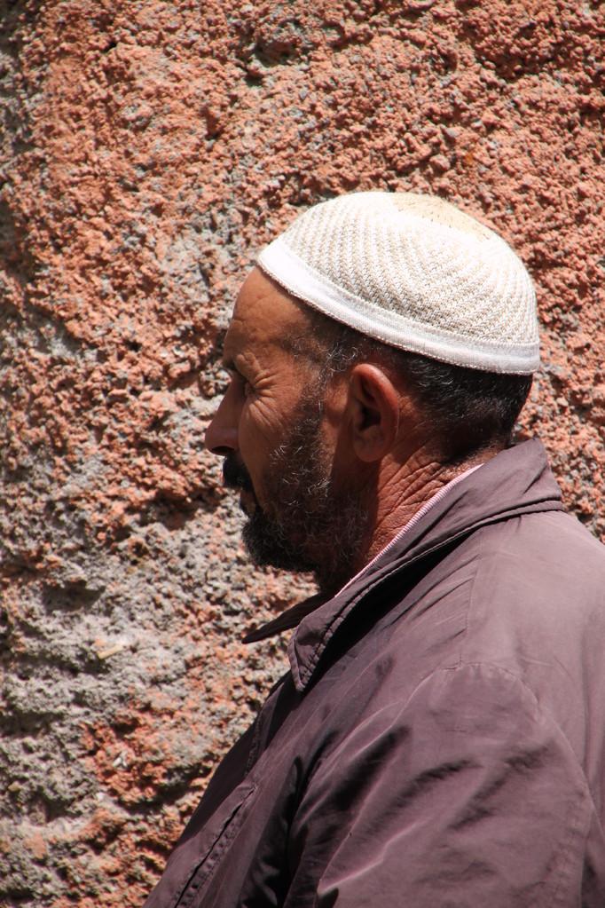 Près de la mosquée à MARRAKECH / 2005.