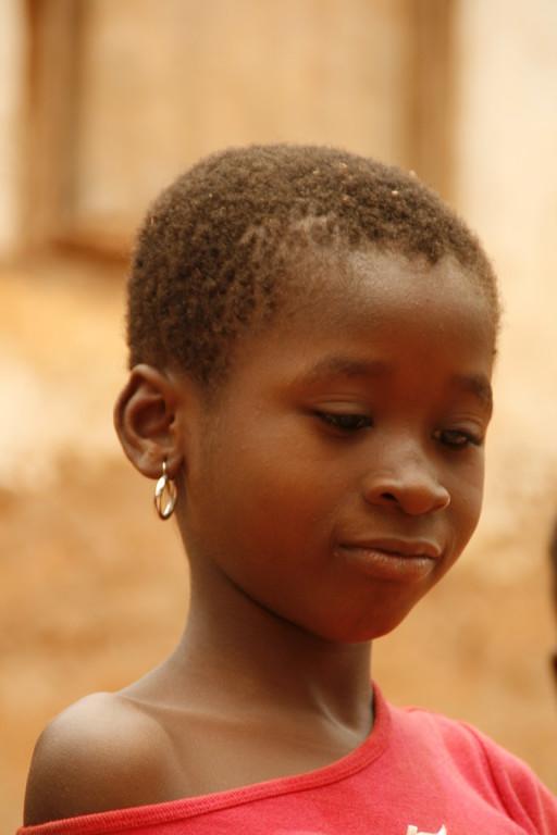 Juliette dans son quartier à BOBODIOULASSO.