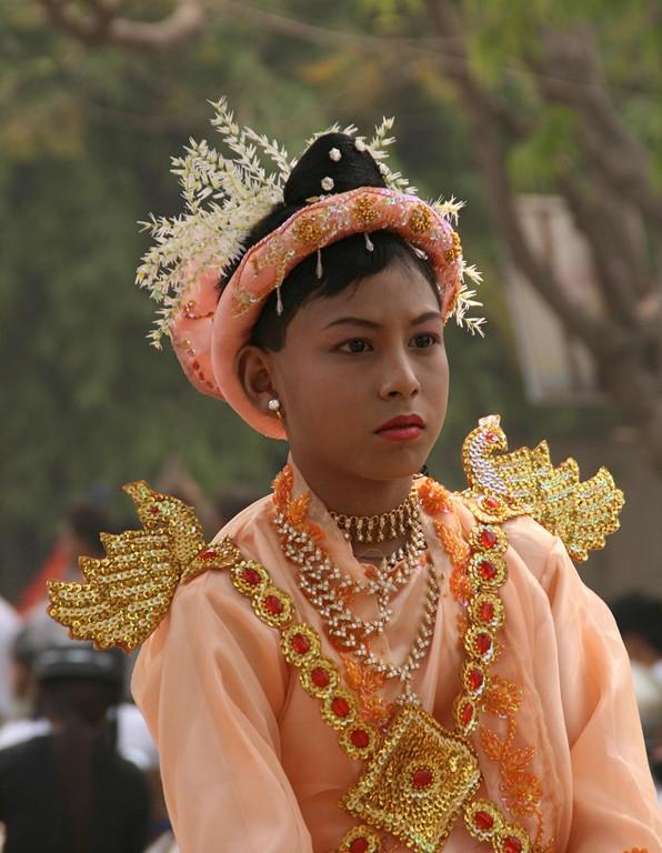 Cette jeune fille en procession dans les rues de MANDALAY son entrée dans un monastère.