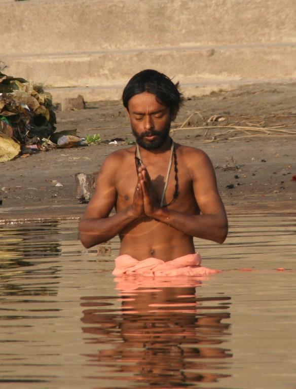 Prière au Gange. Varânâsi. INDE.
