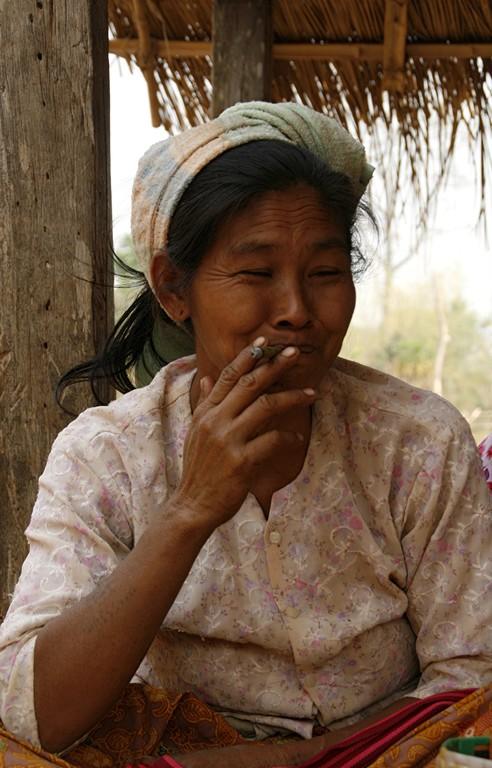 """Fumer le """"cheroot"""" est une tradition à IN DEIN."""