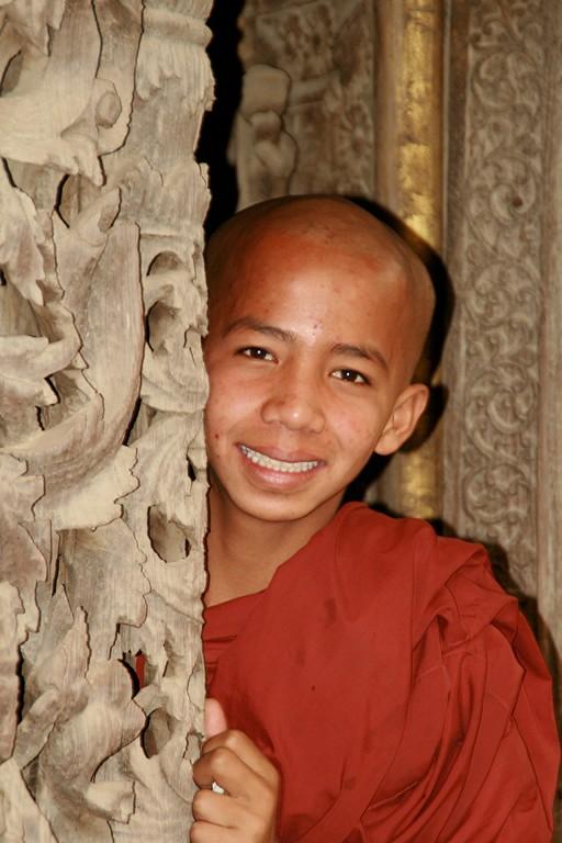 Jeune moine dans un monastère à BAGAN.