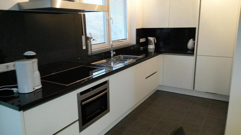 Keuken met oven, koelkast, vriezer