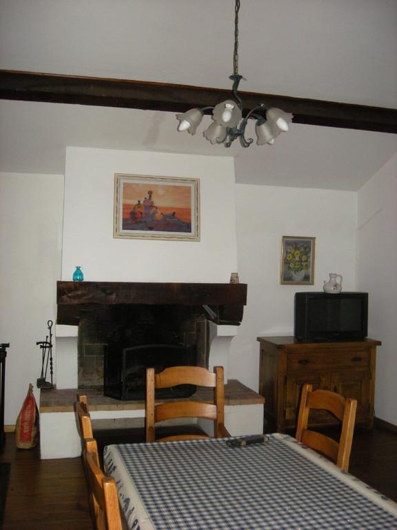 salle à manger et cheminée