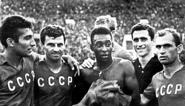 Пеле в окружении игроков сборной СССР