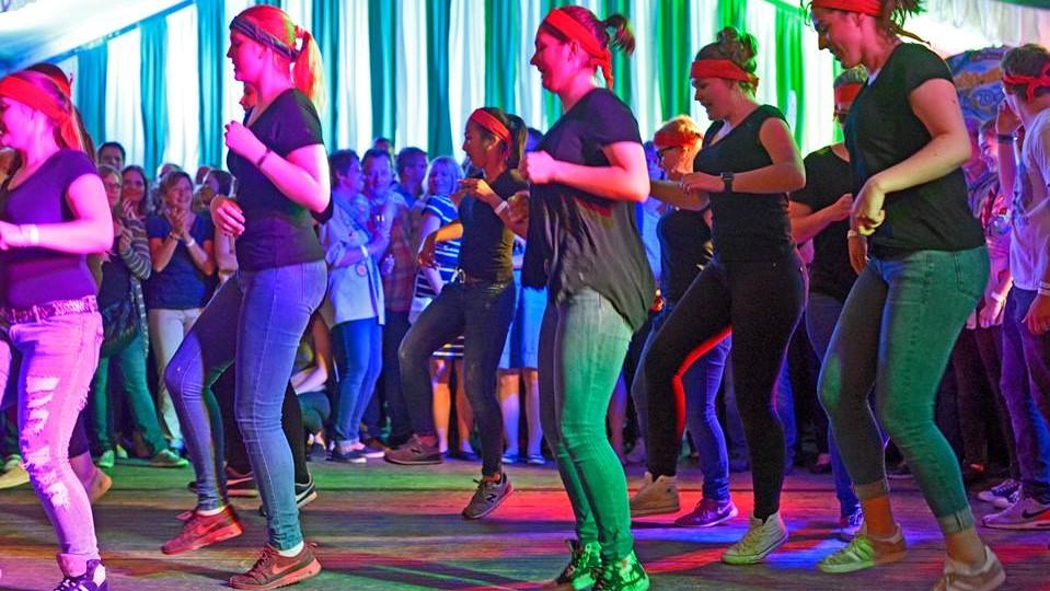 Pfadfinder tanzen im Festzelt