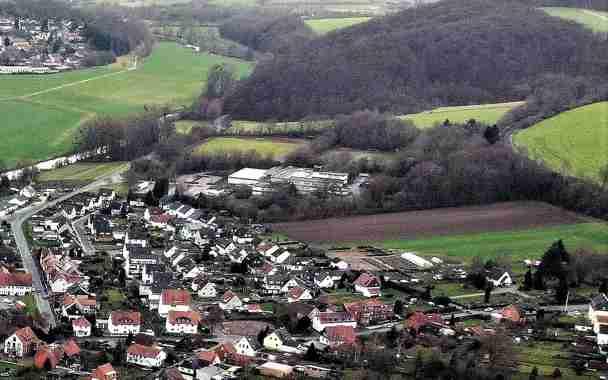Die Aufnahme von Ende 2020 verdeutlicht die gelungene Einbindung in die Landschaft am Standort Flecken Greene. Die offizielle Bezeichnung der Schule lautet heute: Haupt- und Realschule Kreiensen und steht in der Schulträgerschaft des Landkreises Northeim.