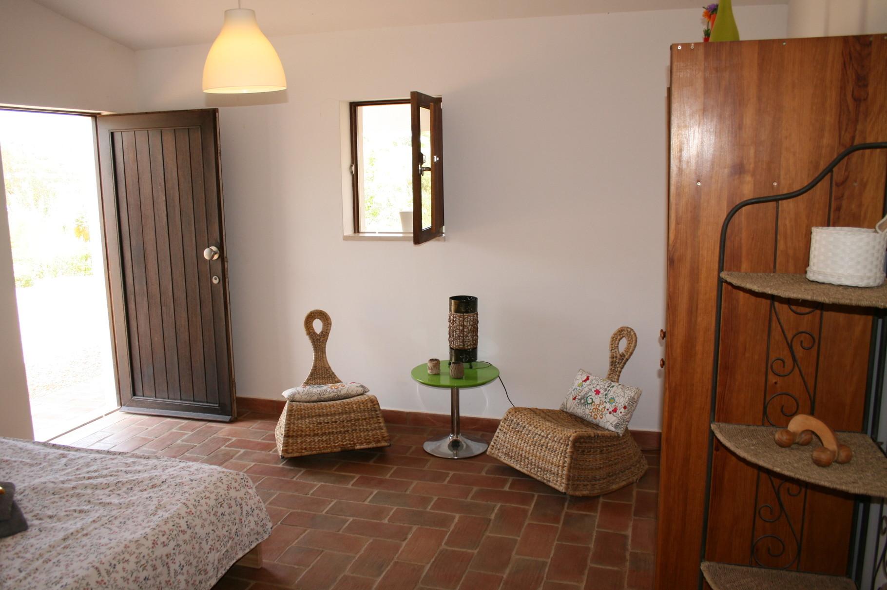 "Double room with (shared) bathroom ""VAN GOGH""  /  quarto duplo com casa banho (partilhada) ""VAN GOGH"""