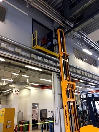 Transport eines Serverschrankes aus 7 Metern Höhe