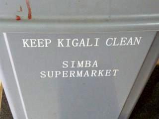 """<b>Guillaume RUTEMBESA: Es ist unsere Aufgabe, die Stadt sauber zu halten.</b> Mülleimer vom SIMBA-Supermarkt; einer der beiden großen """"westlichen"""" Supermärkte in der Innenstadt (hier kann man Lebensmittel aus aller Welt kaufen)."""
