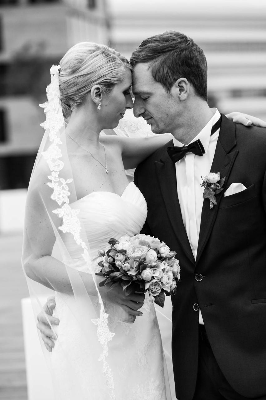 romantisches Hochzeitsfoto brautpaar Düsseldorf Medienhafen