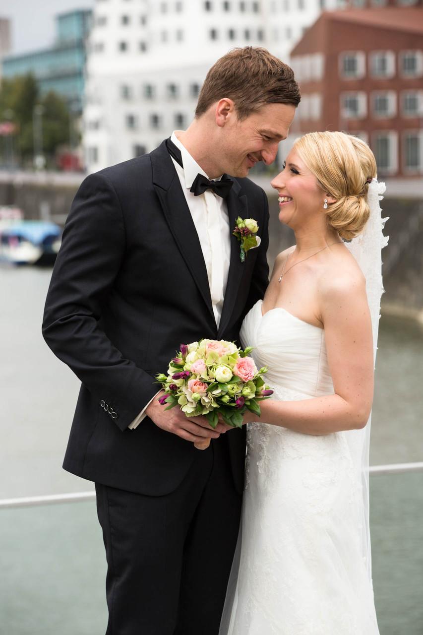 Hochzeit in Düsseldorf Foto Brautpaar Stirn an Stirn NRW glücklich