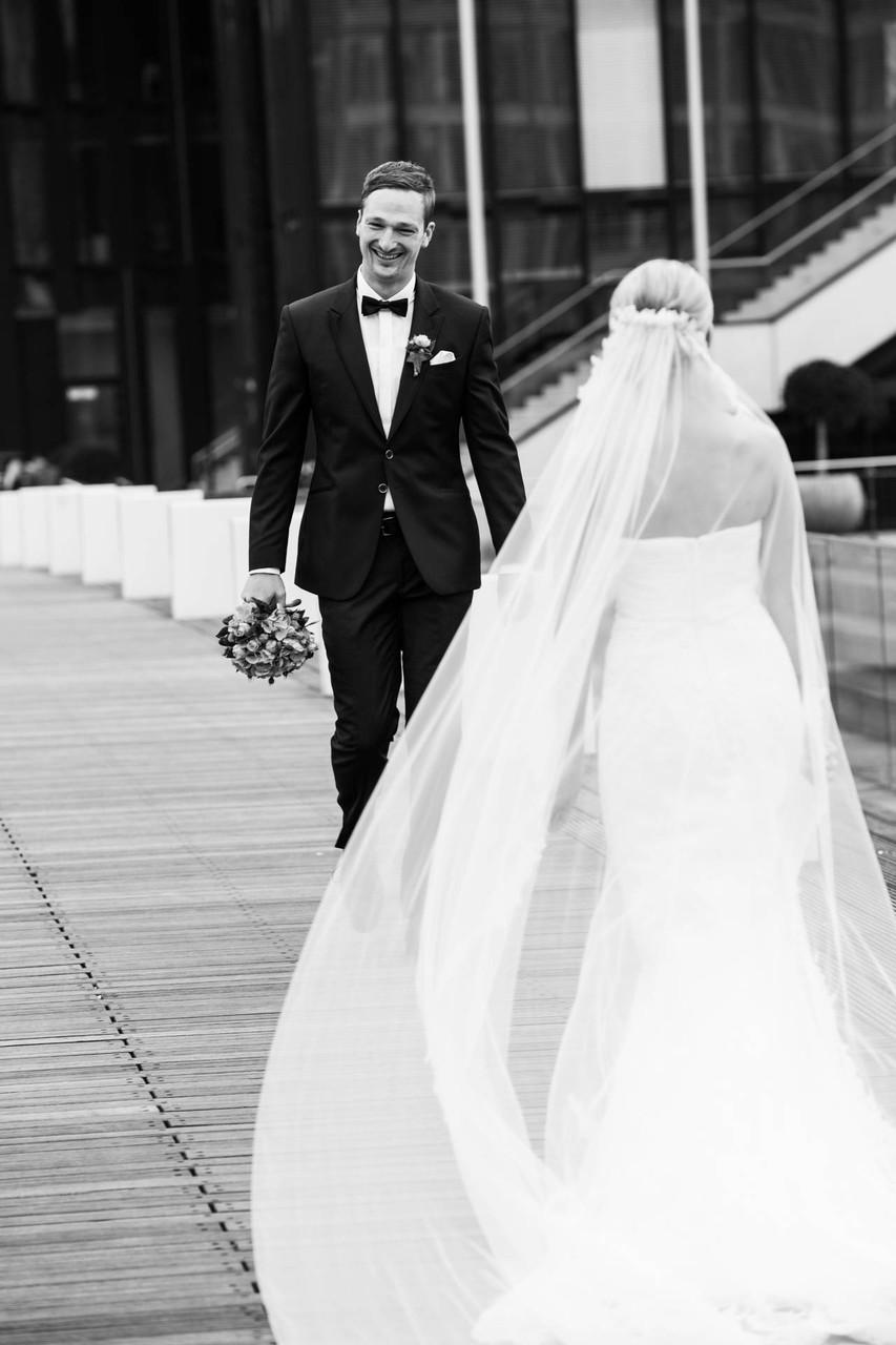 Hochzeit am Medienhafen in Düsseldorf erste Begegnung Fotograf in NRW