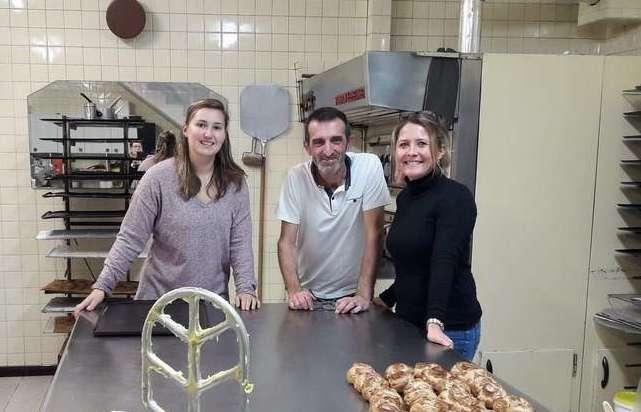 Mathilde Lasson et Virginie Chot, accompagné de Bruno Dupouy lors d'un atelier culinaire au sein de sa pâtisserie