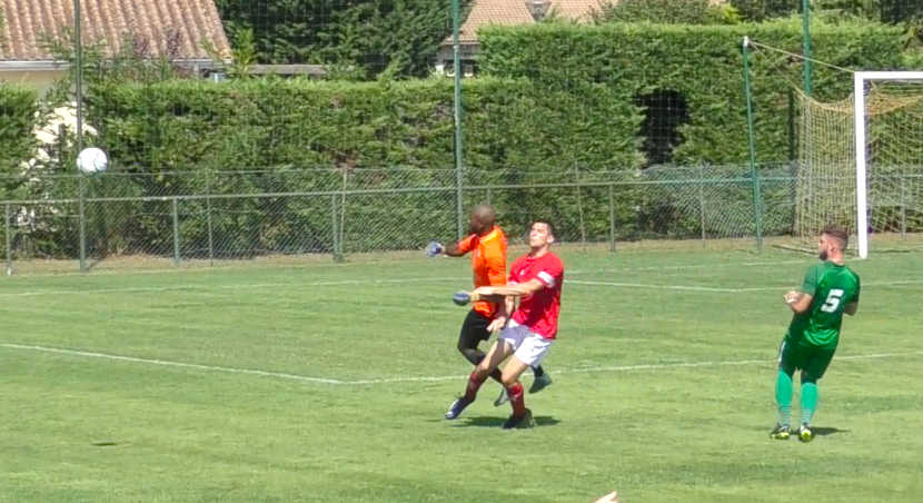 Comme attendu, le duel a été âpre ce dimanche, à l'image de ce contact entre le portier Franck Ngong et l'attaquant adverse.