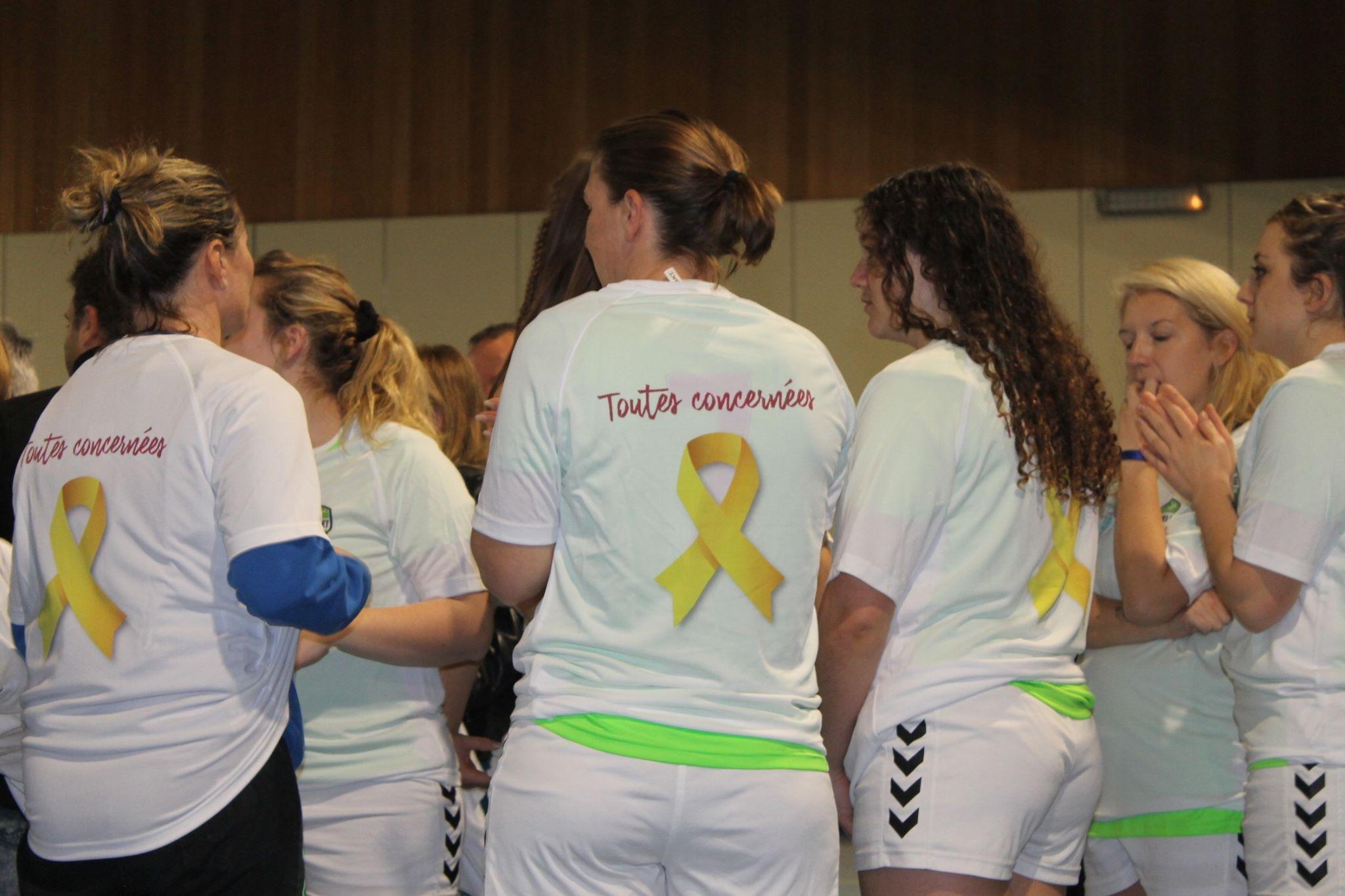 À l'issue de la cérémonie, les seniors filles se sont vues remettre des tee-shirts à l'effigie de la lutte contre l'endométriose.