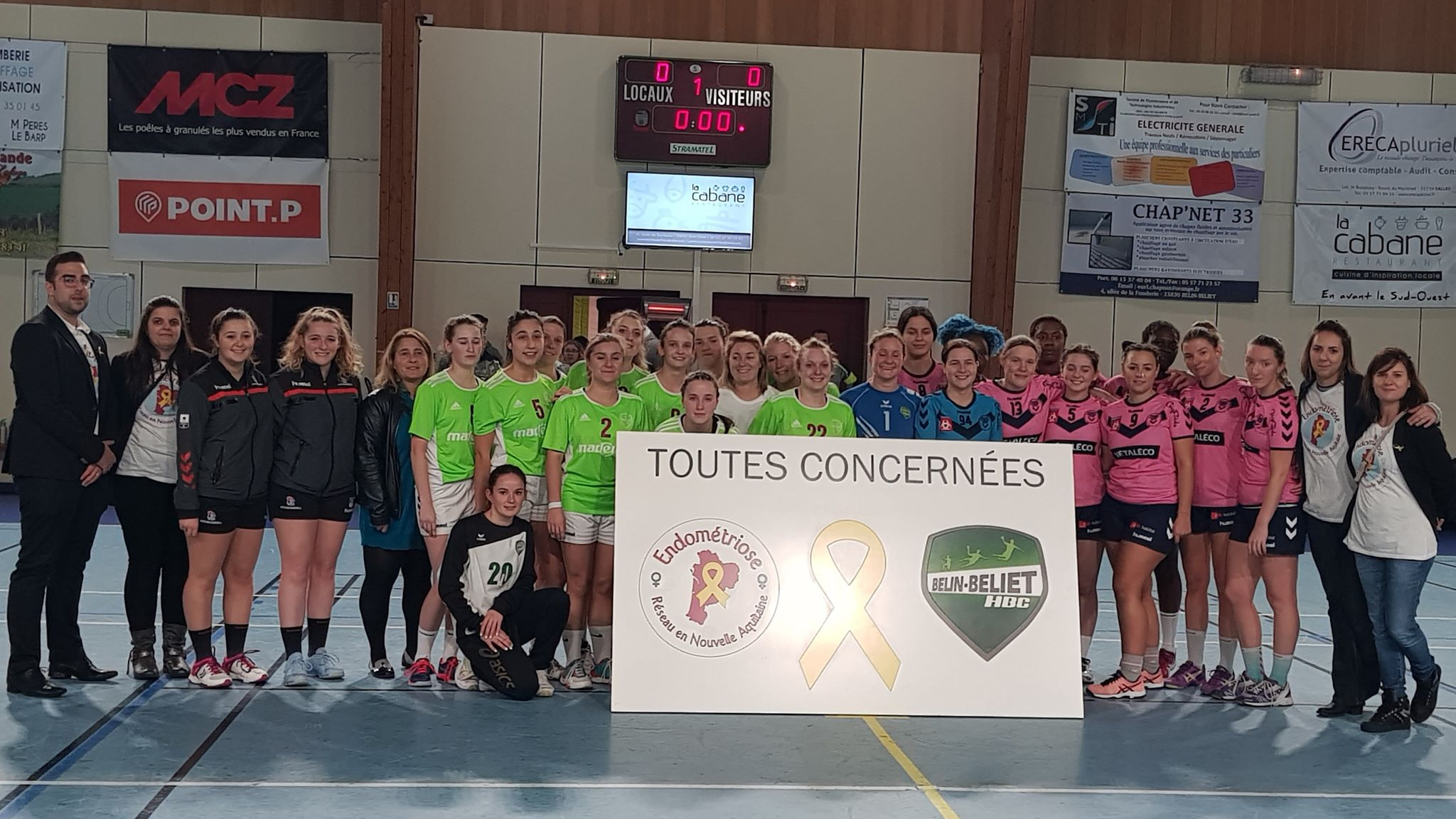 Tous unis pour le même combat. À 20h30, les seniors filles ont posé fièrement devant le panneau symbolisant la lutte contre lendométriose aux cotés de leurs adversaires, les Girondins de Bordeaux Bastide.
