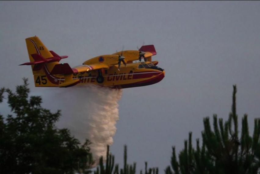 Un Canadair à l'oeuvre lors du feu de Sillac. Photo Le Belinétois.