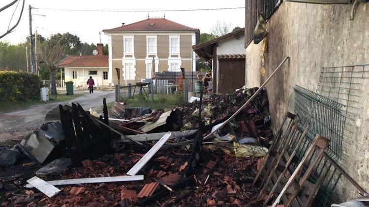 Le feu s'est propagé depuis un cabanon avant d'atteindre la charpente de la maison. Photo Le Belinétois