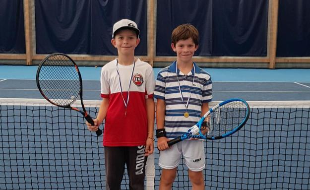 A gauche, Simon Abiven, vainqueur du tournoi et à droite Hugo Debus, finaliste.