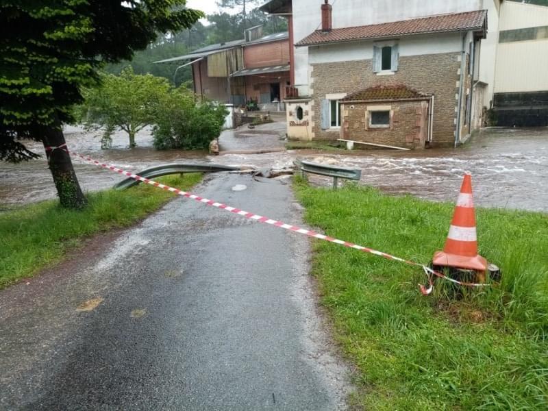Les inondations ont eu raison du pont du moulin de Dubern à Salles. Crédit photo: Ville de Salles.