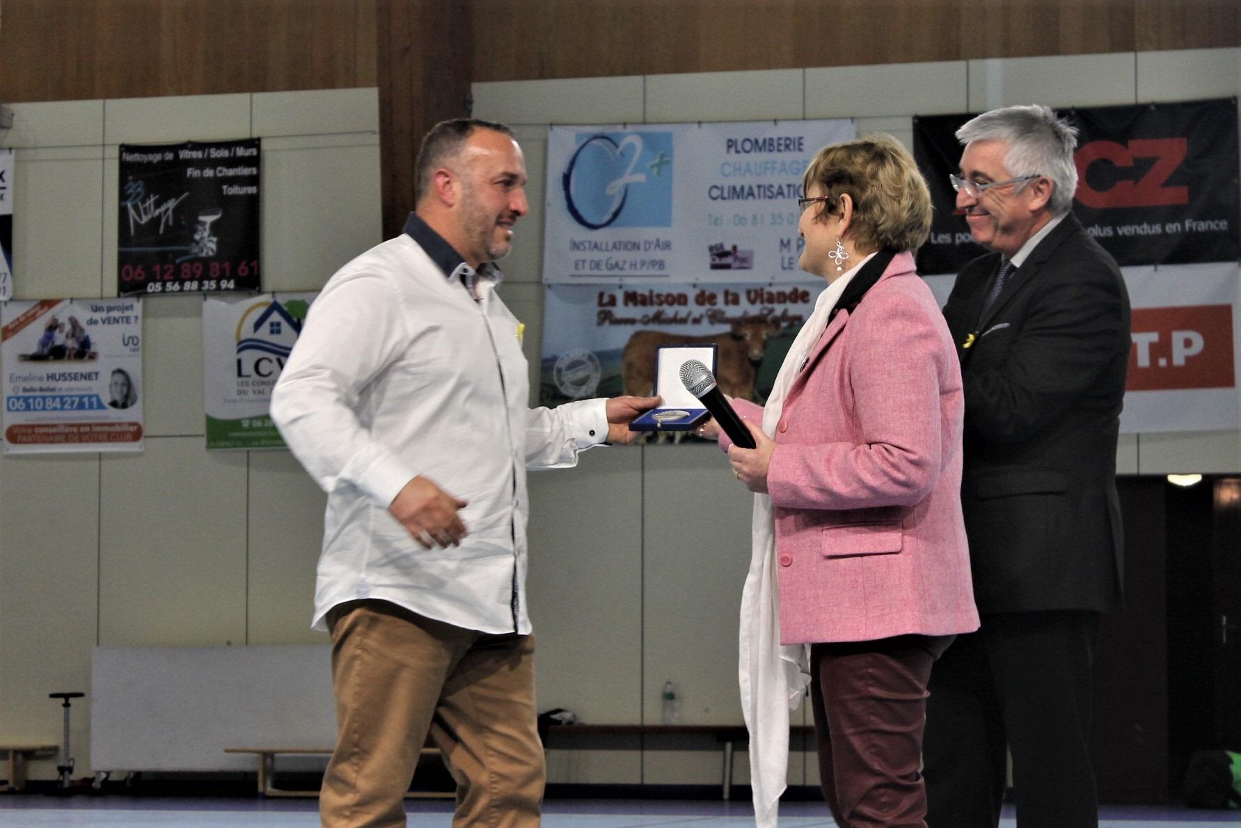 Ému et à l'attention du club, le président Buttignol a reçu la médaille de la citoyenneté du Sénat des mains de la sénatrice Laurence Harribey.