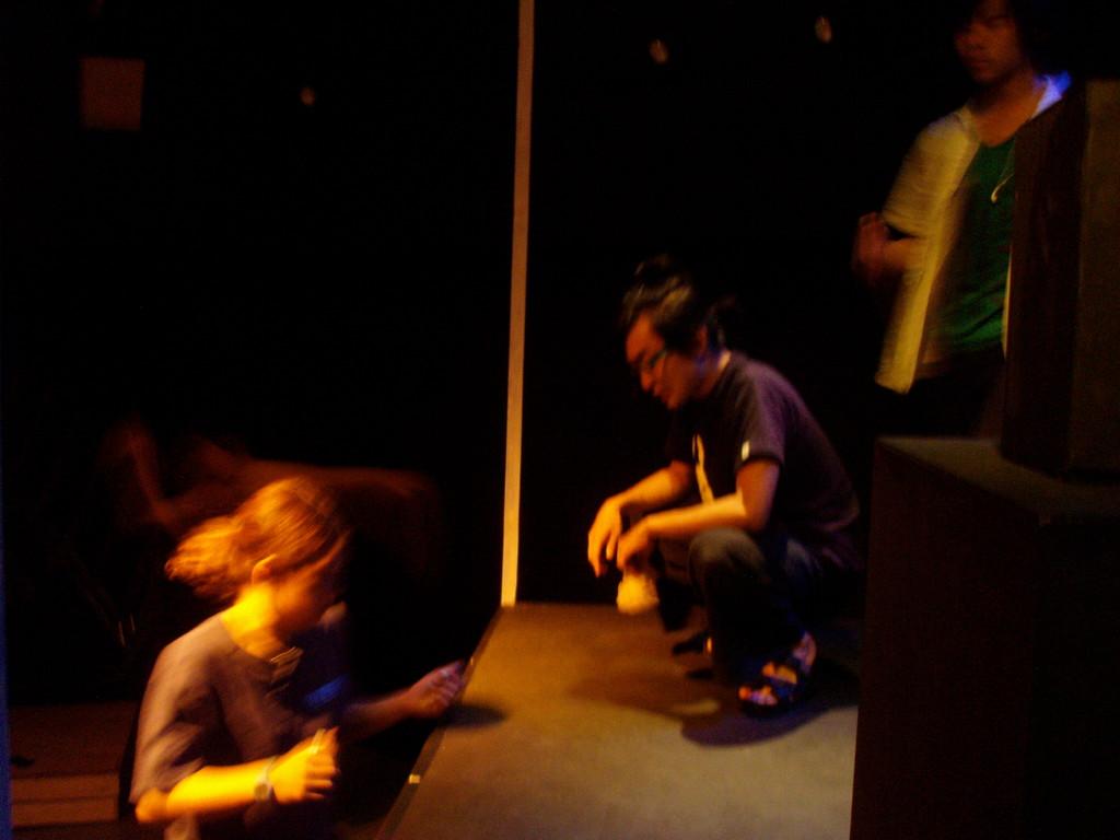 踊り狂う人々の中、仕事する舞台監督と見守る岩田さん。こういうところがポイントか、鳥養さんが岩田さんを好きすぎる件。