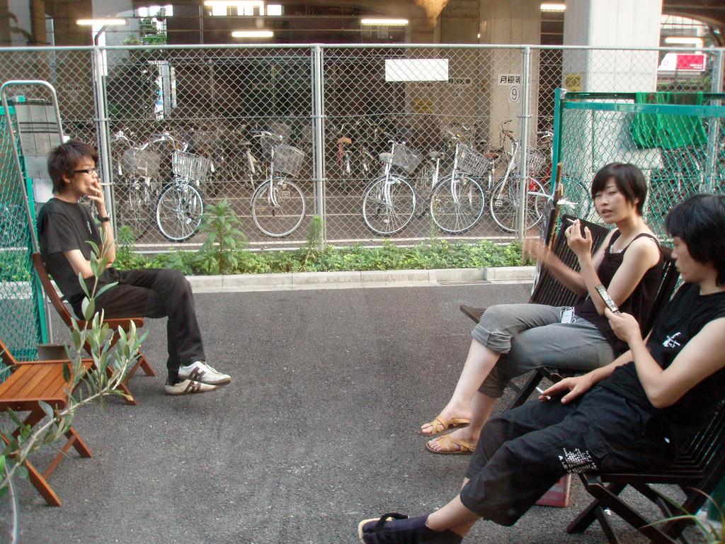馴れ合わずに煙草を吸うのが浮世クオリティ。左から映像オペのカムヰ伊坂くん、美穂さん、音響TAISHIさん。