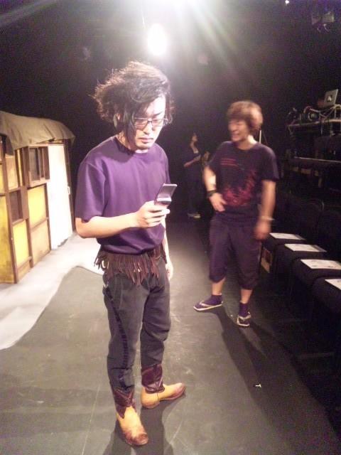 またこの2ショット。携帯を打つ主役の奥でボンジュール舞台監督はここよ。
