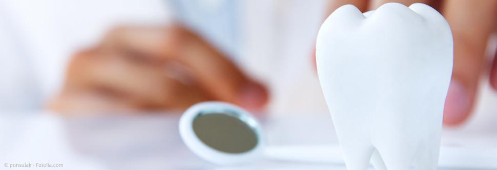 Warum ist die PZR bei Zahnersatz, Implantaten und während einer kieferorthopädischen Behandlung besonders wichtig? (© ponsulak - Fotolia.com)