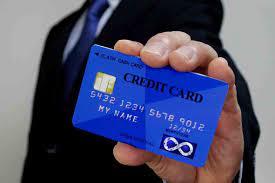 クレジットカードを持っている人のイメージ画像