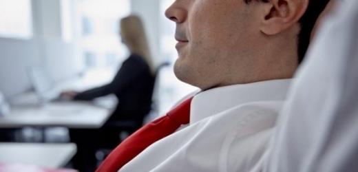 Immer mehr Mitarbeitende wünschten sich eine Aufgabe, die Sinn stiftet: Ein Angestellter in einem Büro. (Symbolbild) (Bild: Keystone/Martin Rütschi)