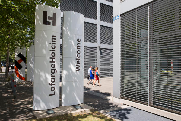 Die Aufhebung des Euro-Mindestkurses war aber nicht der einzige Grund für den Verlust von Arbeitsplätzen: Der Schweizer Zementriese Holcim hat nach der Fusion mit dem französischen Konzern Lafarge 120 Stellen gestrichen. Bild: Keystone/Patrick B. Kraemer