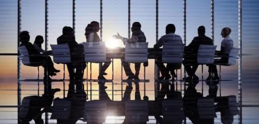 Mimik, Gestik oder Haltung haben großen Einfluss auf die Glaubwürdigkeit und Wirkung einer Person im Meeting. Dessen sind sich die wenigsten jedoch bewusst. Hier vier Tipps, worauf Sie in Besprechungen achten sollten.