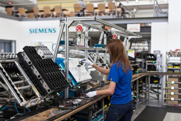 Die Schweizer Wirtschaft ist seit der Aufhebung des Euro-Mindestkurses stark unter Druck gekommen. So hat etwa Siemens im Sommer 150 Stellen am Standort Zug abgebaut. Bild: Keystone/Gaetan Bally