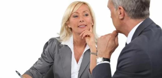 Tipp 3: Aufmerksamkeit: Signalisieren Sie Interesse und Aufmerksamkeit - hören Sie aktiv zu, nicken Sie zustimmend, halten Sie Blickkontakt, lassen Sie Ihren Gesprächspartner ausreden.