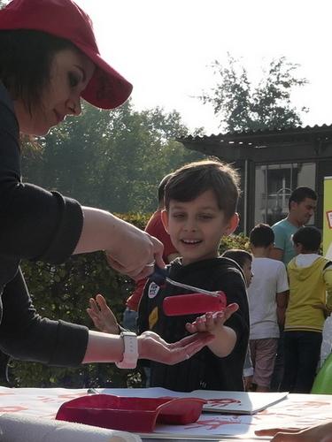 Die Fingerfarbe zaubert vielen Kindern (und Erwachsenen) ein Lächeln ins Gesicht.