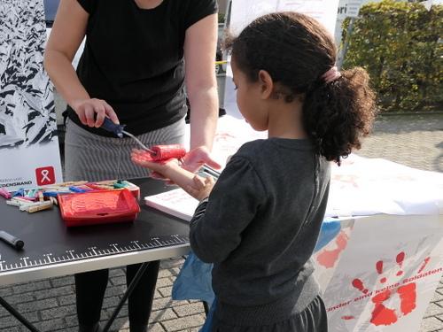 Beim Nachbarschaftsfest im Salzmannbau Düsseldorf-Bilk kamen viele Kinder, um ihre rote Hand zu geben.