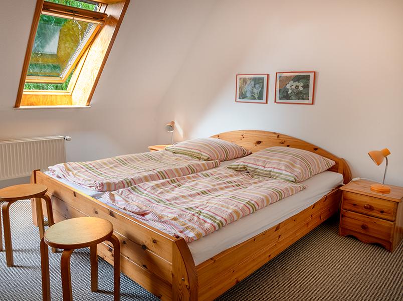 Schlazimmer mit Doppelbett im 1. OG
