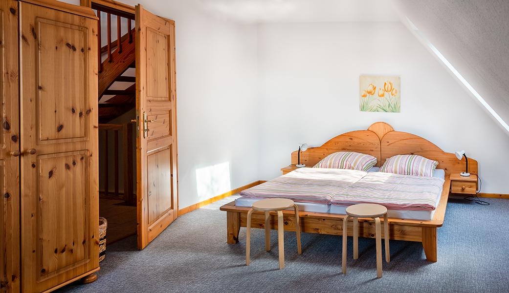 Schlafzimmer mit Doppelbett im 1. OG