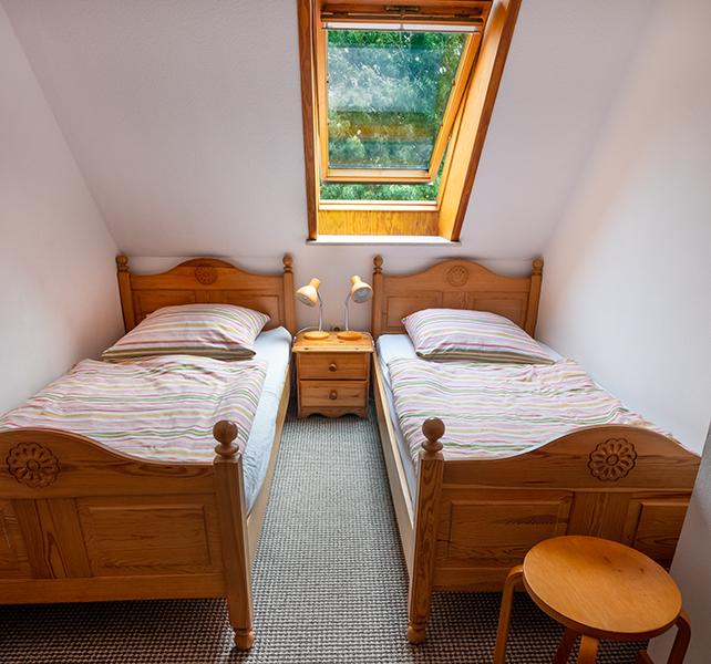 Schlafzimmer mit zwei Betten im 1. OG