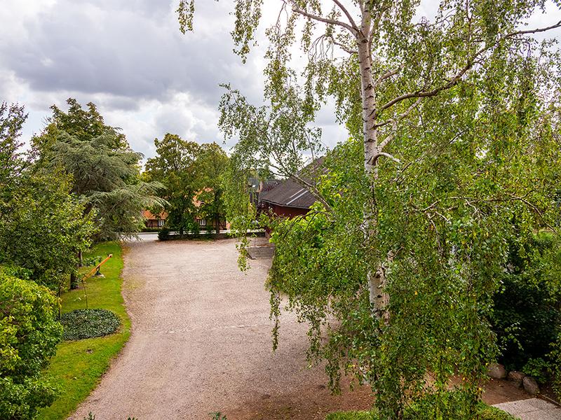 Blick über den Hof aus dem Bauernhaus