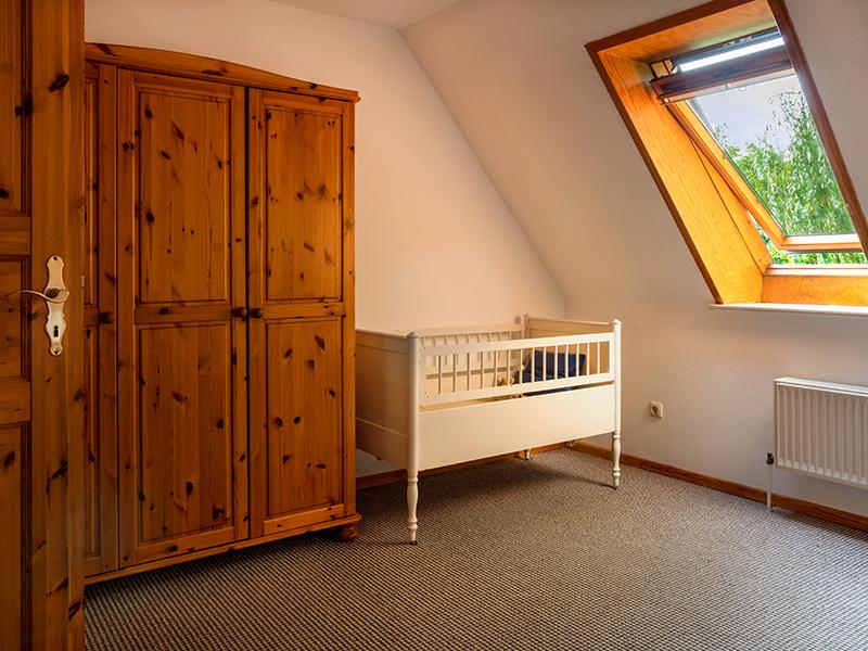 Kinderbett im Schlafzimmer mit Doppelbett