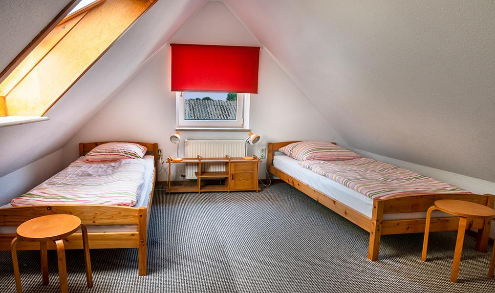 Schlafzimmer mit zwei Betten im 2. OG