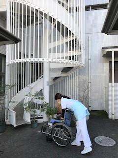 車椅子の方も看護スタッフが誘導します