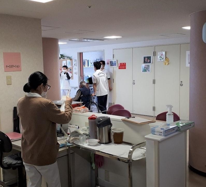 病棟患者様の状況を事務所に報告、指示を仰ぎます