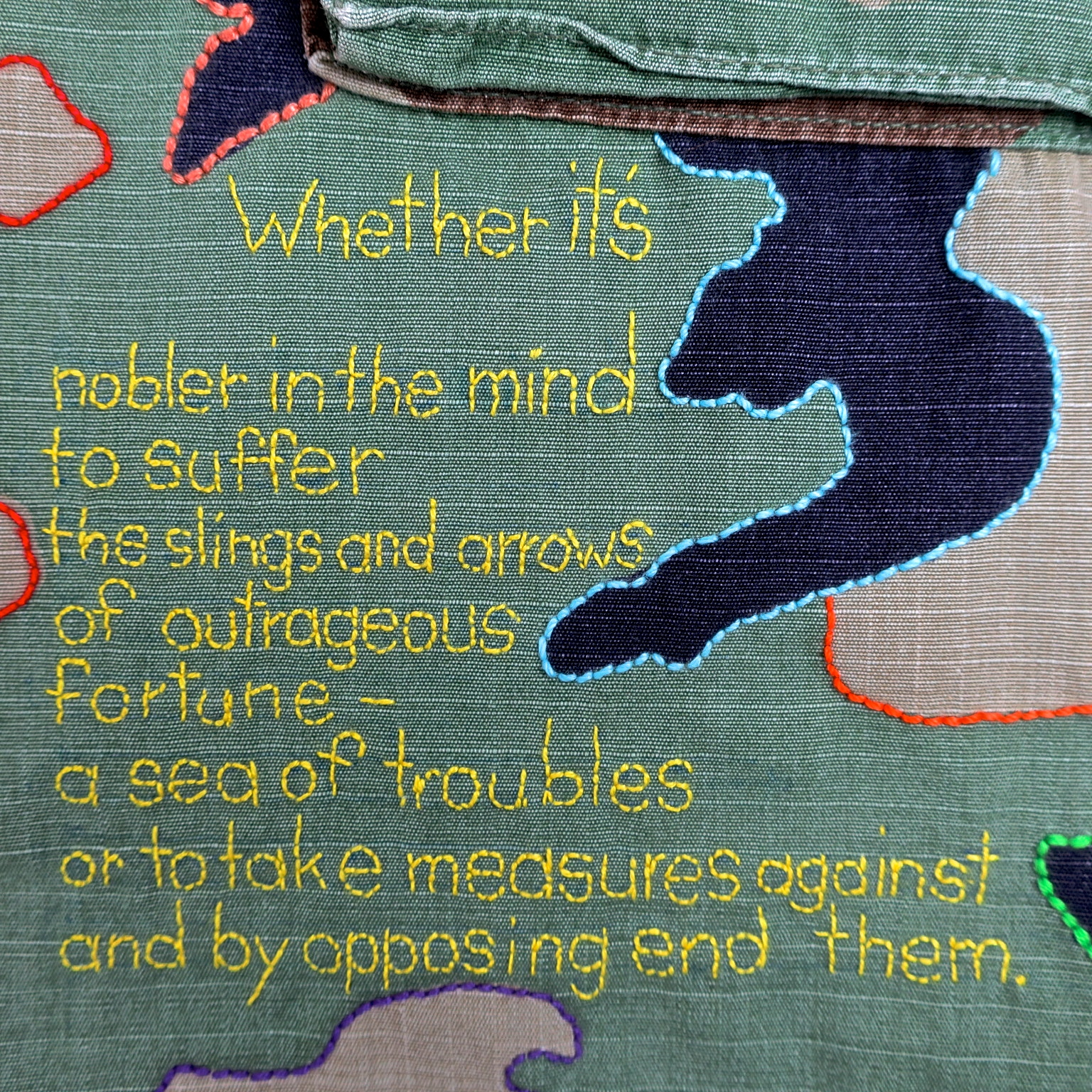 hamlet biene bee camouflage camo camu statement fairfashion slowfashion ethicalfashion anstand shakespeare kampfuniform ecofriendly dignity humanism handgestickt embroidery stitching