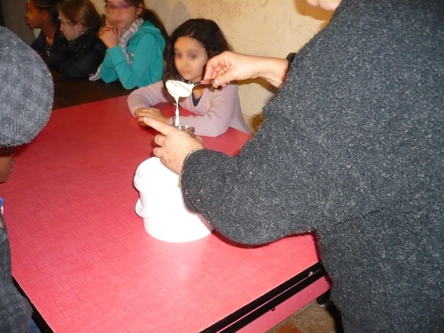 Des petits pots sont remplis de crème © UNAT Centre