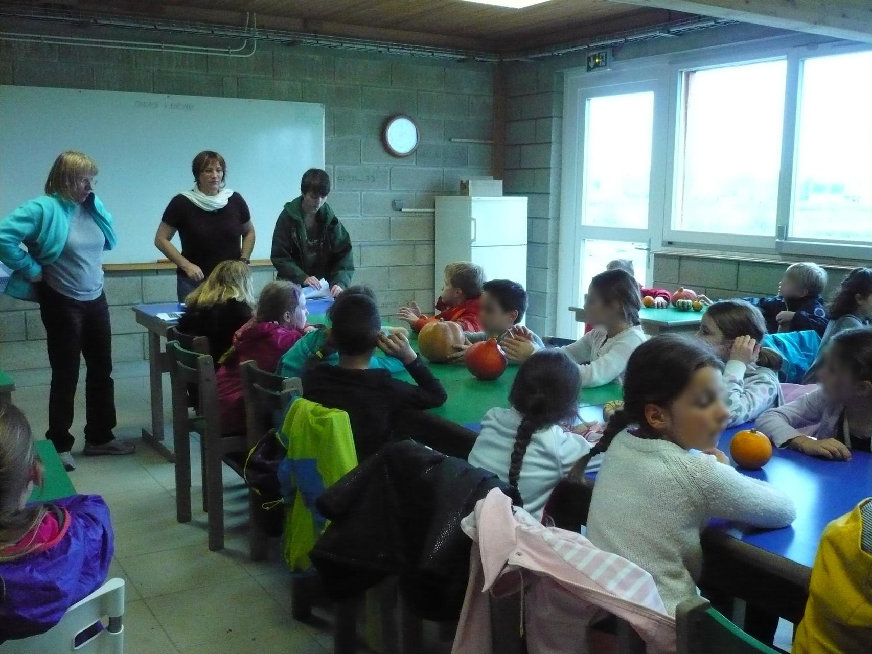 Les enfants sont attentifs © UNAT Centre